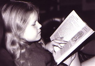 2006-Child_reading_photo.jpg - 18167 Bytes